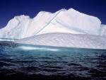 Iceberg bajo un cielo azul