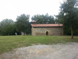 Antigua ermita en el bosque