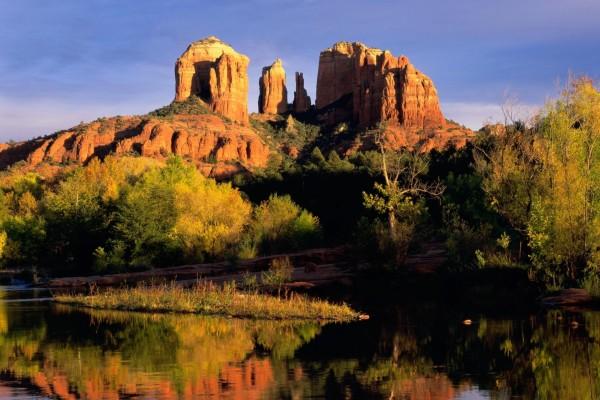 Árboles y agua junto a grandes rocas
