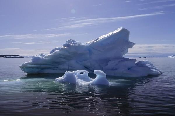 Iceberg iluminado por el sol