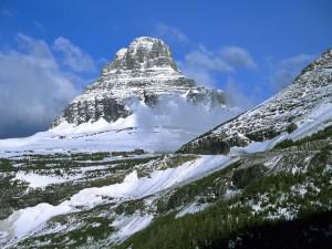 Nieve y nubes grises en la montaña