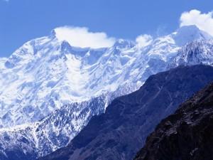 Nieve cubriendo las grandes montañas