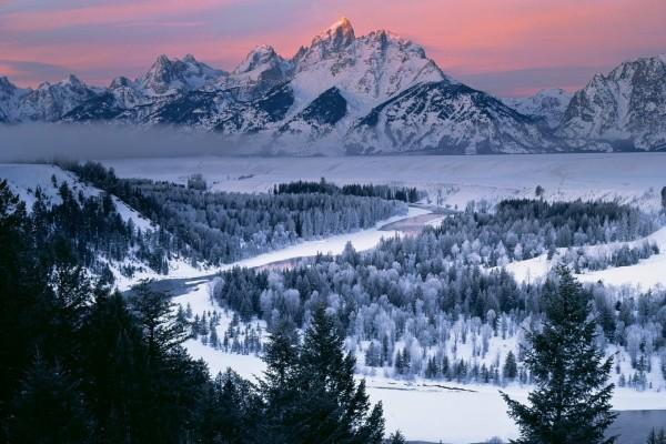 La belleza de un paisaje nevado al amanecer