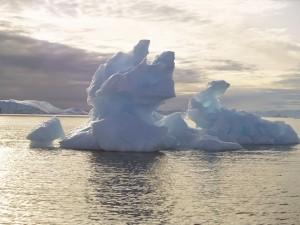 Iceberg bajo un cielo cubierto de nubes