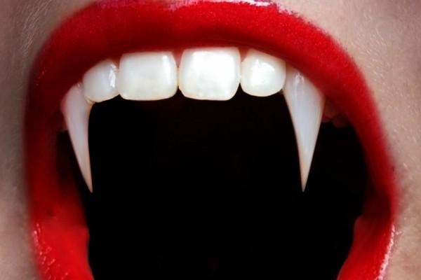 Los finos colmillos de una vampiresa