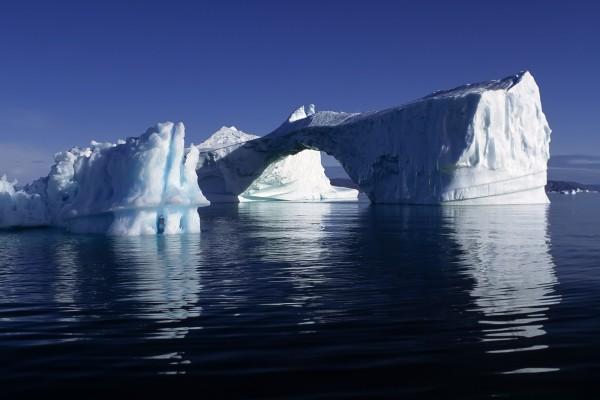 Arco formado en un iceberg