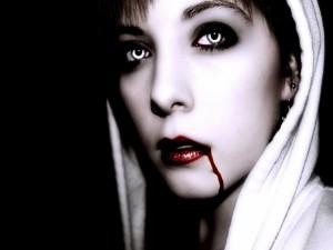 Vampiresa con sangre en la boca