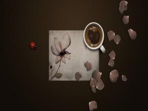 Postal: Una mariquita y pétalos de flor junto a una taza de café
