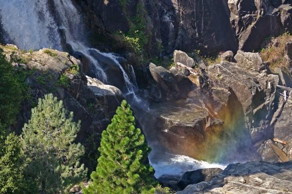 Cascada entre las grandes rocas