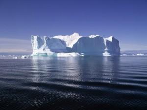 Pequeños bloques de hielo junto a un gran iceberg