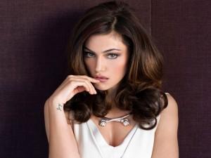 La guapa actriz Phoebe Tonkin