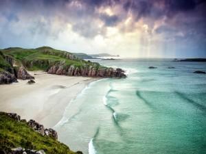 Postal: Espectacular playa entre acantilados