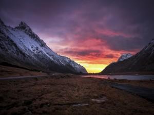 Carretera entre el valle y la montaña