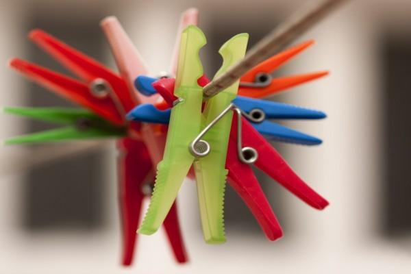 Pinzas de la ropa de varios colores