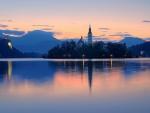 Los rayos del sol iluminando el lago al amanecer