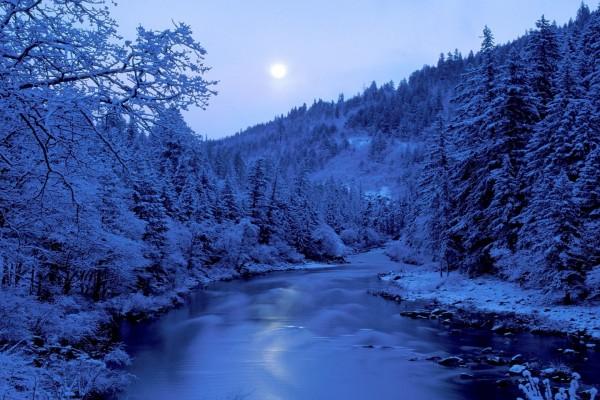 La luna reflejada en las frías aguas del río