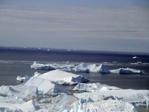 Postal: Grandes bloques de hielo en la superficie del agua