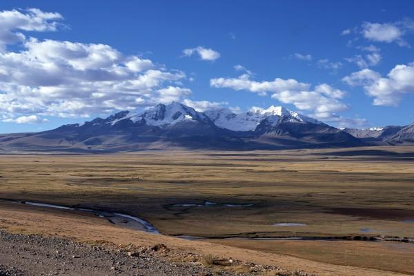 Gran valle junto a las montañas nevadas