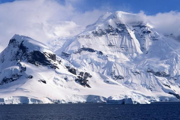 Montañas heladas junto al agua