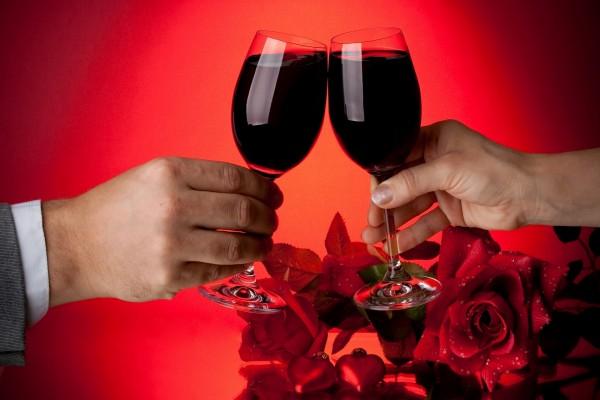 Brindis con dos copas de vino tinto