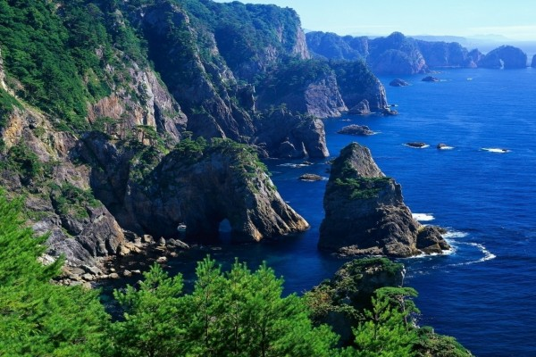 Impresionantes acantilados junto al mar azul