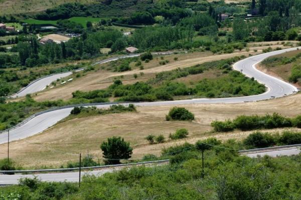 Carretera serpenteante en Burgos (España)