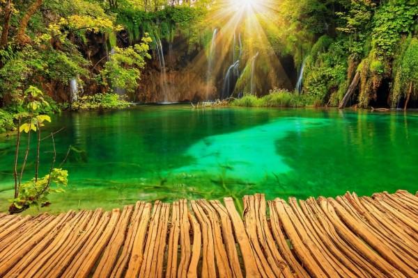Brillantes rayos de sol iluminando las pequeñas cascadas