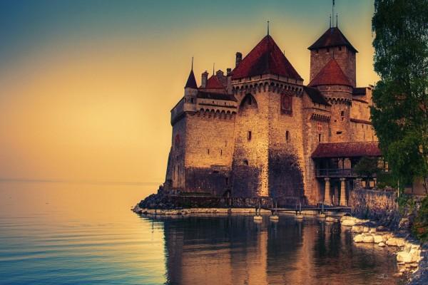 Castillo junto a un lago