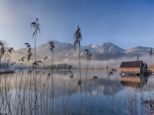 Niebla en el lago y las montañas al amanecer