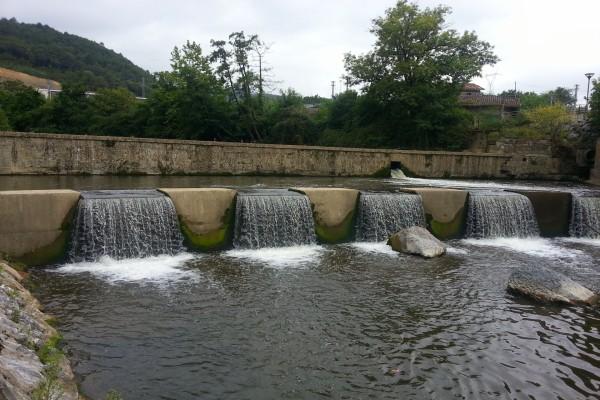 Presa de agua en el río