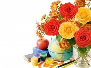 Postal: Varios elementos junto a un ramo de flores