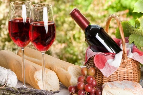 Dos copas de vino y alimentos sobre la mesa