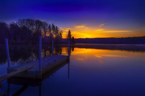 Un lago al amanecer