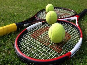 Postal: Raquetas y pelotas de tenis