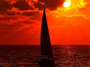 El sol entre las nubes iluminando el mar