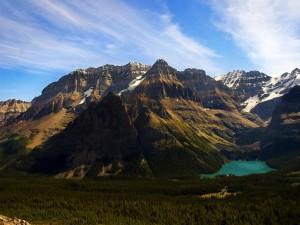 Postal: Lago al pié de las montañas, en el Parque Nacional Yoho (Columbia Británica, Canadá)