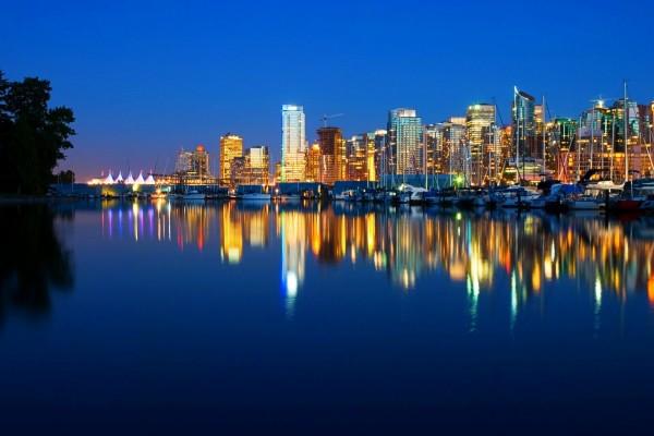 Llegando la noche en Vancouver, Canadá