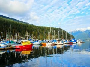 Postal: Barcos atracados en Deep Cove, Canadá