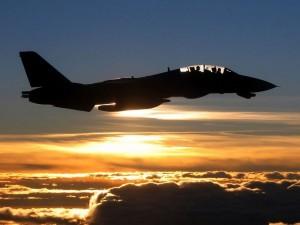 F-14 volando al atardecer