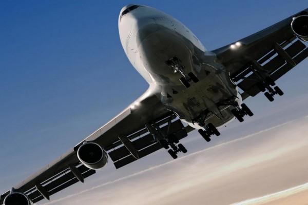 Un 747 preparándose para aterrizar mostrando su tren de aterrizaje