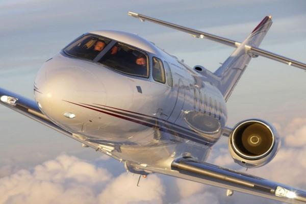 Un maravilloso jet volando entre las nubes