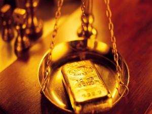 Lingote de oro en una balanza