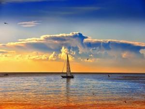 Velero en el mar al atardecer