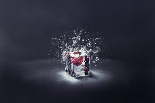 Una cereza en un cubito de hielo