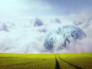 Gran planeta junto al camino de hierba