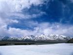 Un lago helado junto a las montañas