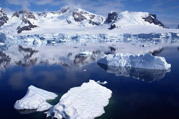 Bloques de hielo flotando junto a las montañas