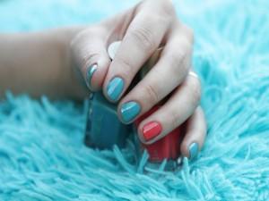 Uñas pintadas en dos colores