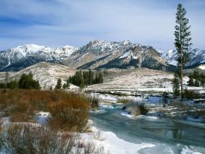 Un río helado junto a las montañas