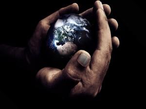 La tierra entre las manos de un hombre